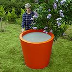 Pot de fleurs conique large à côté d'un mannequin