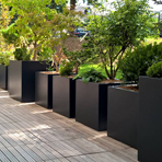 Bacs à plantes carrés sur une terrasse en Mayenne