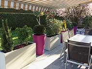 terrasse avec jardinières et pots coniques